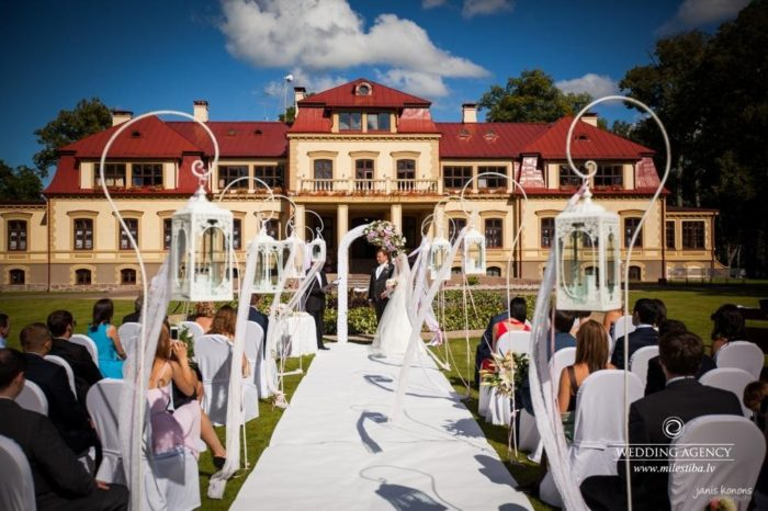 kāzu ceremonija Dikļu pils parkā