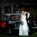 kāzu retro auto, jaunais pāris