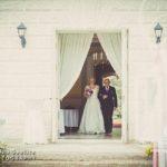 kāzu ceremonija, līgavu pie altāra ved tēvs