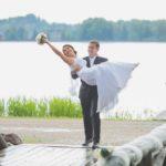līgavainis nes līgavu pār tiltu, tilts kāzās