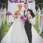 suņi kāzās, foto pie kāzu ceremonijas vietas