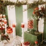 sarkans un zaļš saldumu galds kāzām ziemā