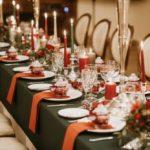 Ziemassvētku noformējums kāzu galdam