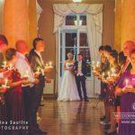 jaunā pāra ierašanās kāzu svinību vietā