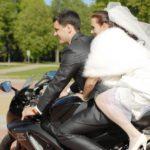 motocikls kāzās, jaunais pāris