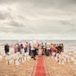 kāzu ceremonijas noformējums pie jūras