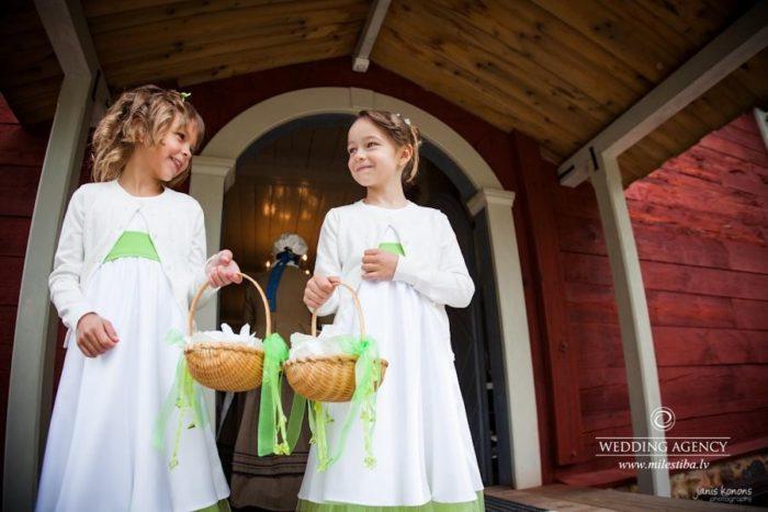 bērni kāzās