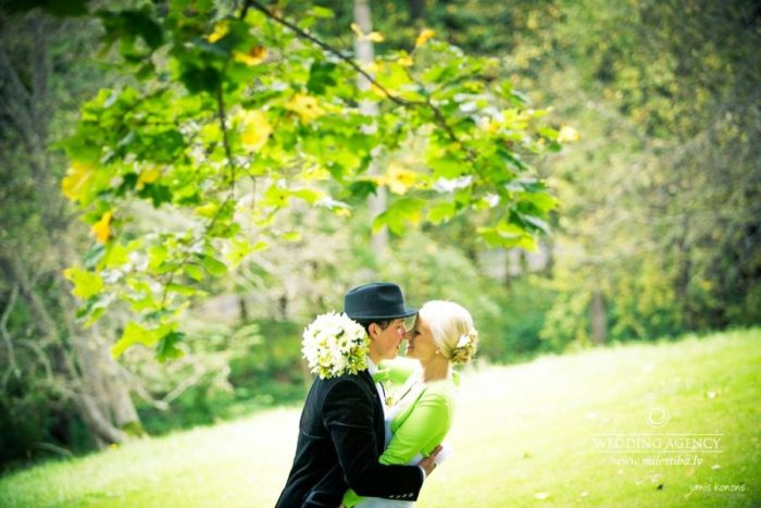 kāzu fotosesija pie dabas