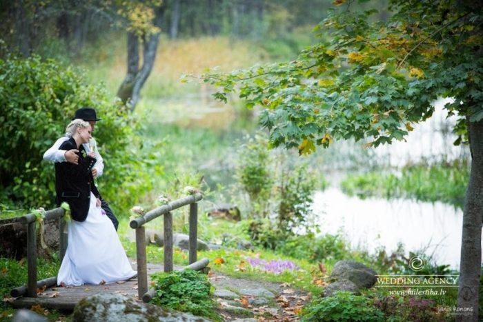 jaunais pāris Siguldā, kāzas pie dabas