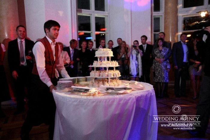 kāzu tortes galds