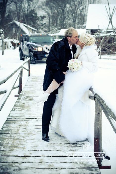 tilts kāzās
