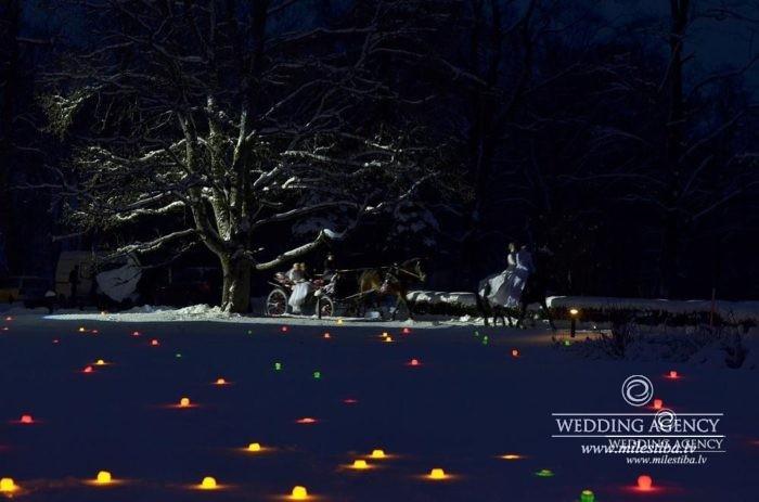 sveces sniegā kāzās