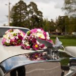 dekori uz kāzu mašīnas
