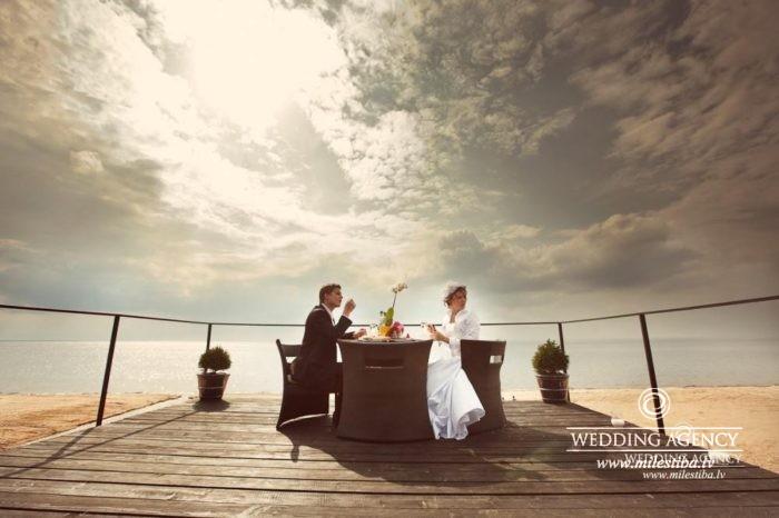 romantiskais galdiņš kāzās pie jūras