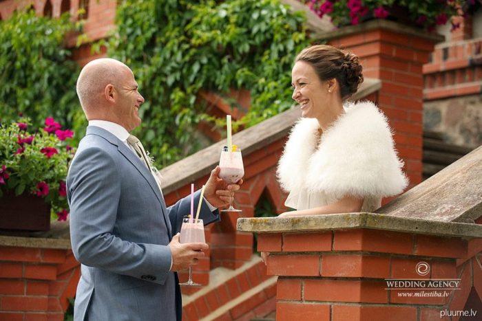 romantika kāzu fotogrāfijās, pie pils kāzās