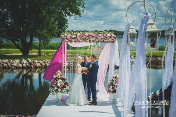 kāzu ceremonija pie Daugavas