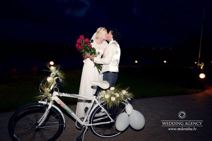 jaunais pāris, ritenis kāzās, tradīcijas, kāzu romantika