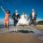 jautra kāzu fotosesija, kāzu fotosesija pie jūras