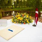 oficiāla laulību ceremonija dabā