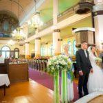 laulību ceremonija baznīcā, zaļie toņi kāzām