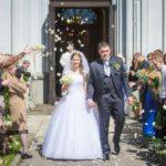 jaunais pāris, kāzu ziedlapiņas, baznīca
