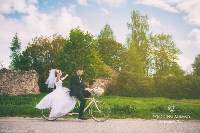 kāzu fotosesija brauciens ar riteni