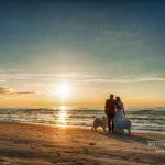 kāzu fotosesija ar suņiem, Edgars Pohevičs, saulriets kāzās pie jūras