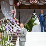 Jaunmoku pilī kāzas, kāzas angļu valodā