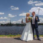Jaunais pāris pie Daugavas, kāzas Rīgā