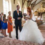 kāzas baznīcā, oranžs un zils kāzām, līgavas māsas