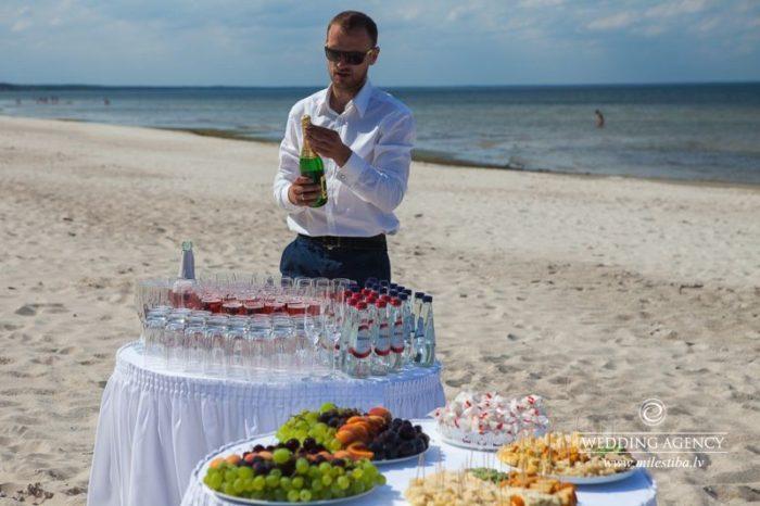 kāzu bārmeņi kāzu uzkodas pie jūras