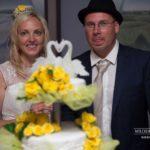 kāzu torte, kāzu tortes griešana, dzeltenais tonis kāzās