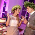 tortes griešana kāzās, jaunais pāris