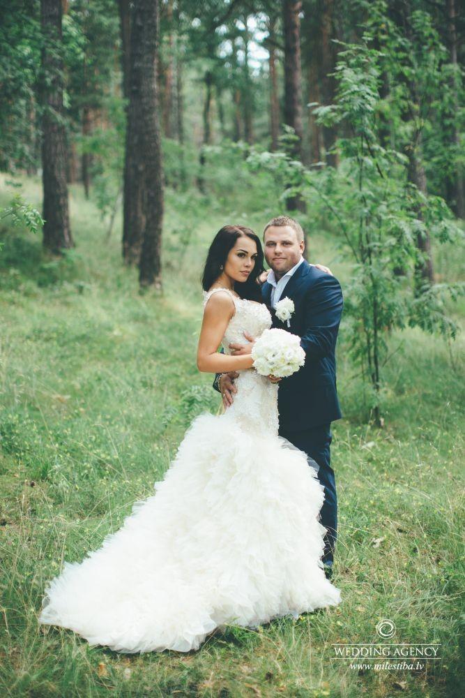 jaunais pāris, fotosesija mežā kāzās