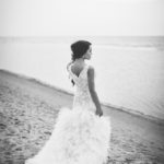 līgava pie jūras, melnbalts kāzu foto