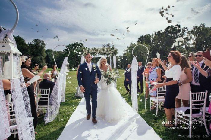 ziedlapiņas kāzu ceremonijā