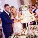 tortes griešana kāzās, kāzu torte