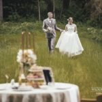 romantiskais galdiņš kāzās dabā