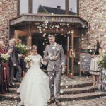 ziedlapiņas kāzās, baznīca, jaunais pāris
