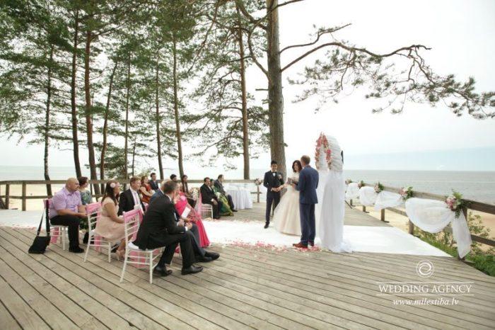 laulību ceremonija pie jūras, laulību ceremonija, tēvs un līgavainis kāzās, Kāzu Aģentūra