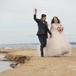 kāzu fotogrāfijas pie jūras, laulību ceremonija, tēvs un līgavainis kāzās, Kāzu Aģentūra