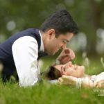 romantiski kāzu foto dabā, laulību ceremonija, tēvs un līgavainis kāzās, Kāzu Aģentūra