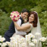 kāzu fotogrāfijas pie dabas, laulību ceremonija, tēvs un līgavainis kāzās, Kāzu Aģentūra