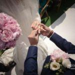 laulību ceremonija, gredzeni, peonijas