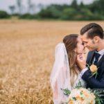 romantisks kāz fotosesijas mirklis