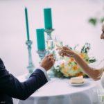 šampanietis, tirkīza sveces, romantiskais galdiņš